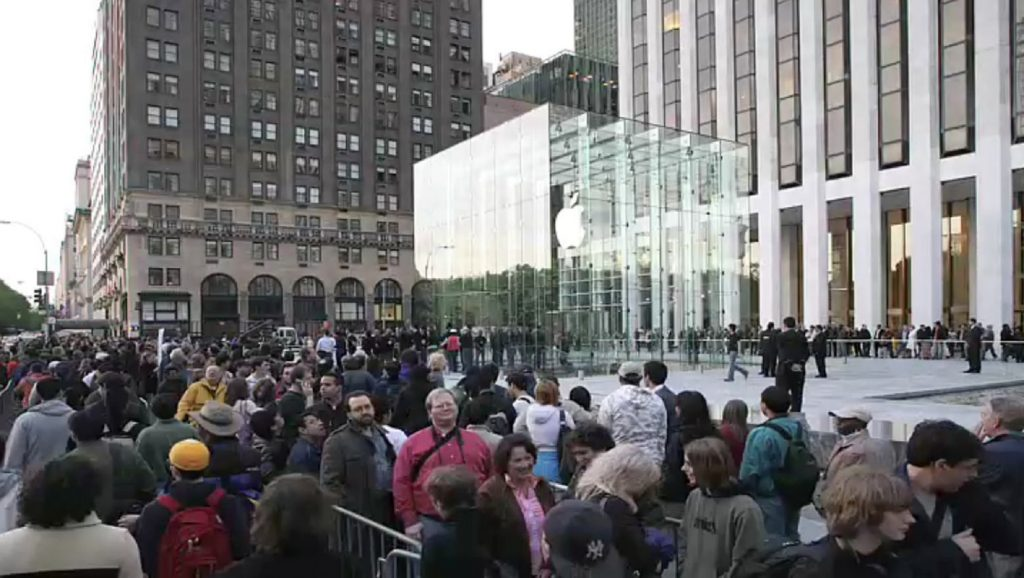 Repercusión de Apple: multitud esperando