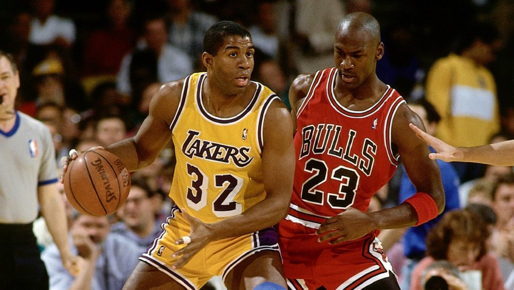 Magic Johnson y Michael Jordan disputando un partido