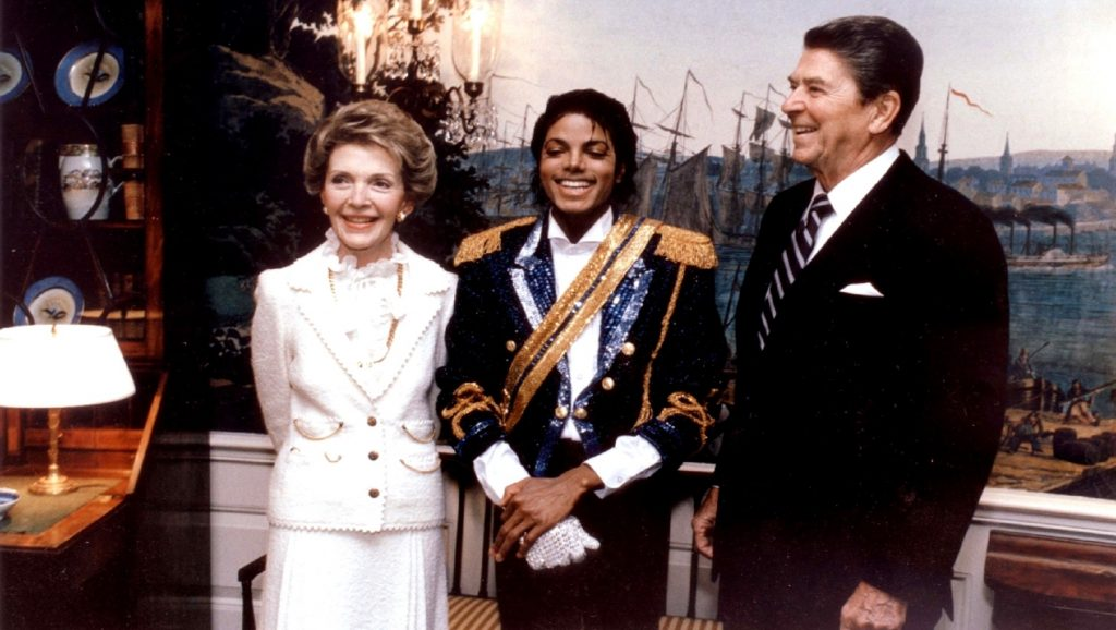Michael Jackson con Ronald y Nancy Reagan