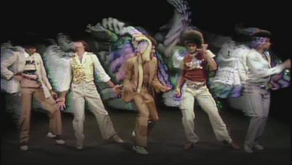"The Jacksons durante el videoclip de ""Blame it on the boogie"""