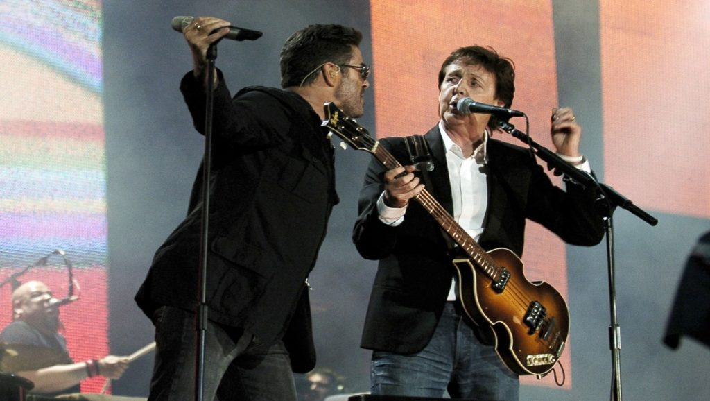 George Michael y Paul McCartney durante actuación