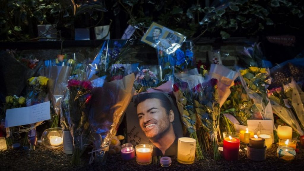Velas y fotos en honor al fallecido George Michael