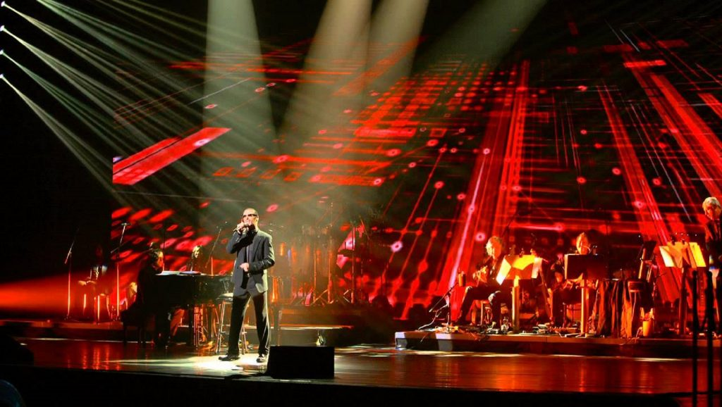 "George Michael interpretando ""Amazing"""
