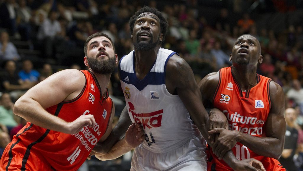 Othello Hunter con jugadores del Valencia Basket