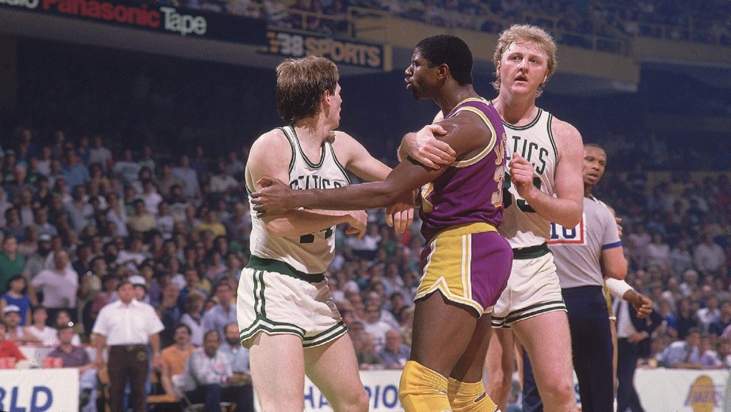 Magic Johnson y Larry Bird durante partido en la NBA