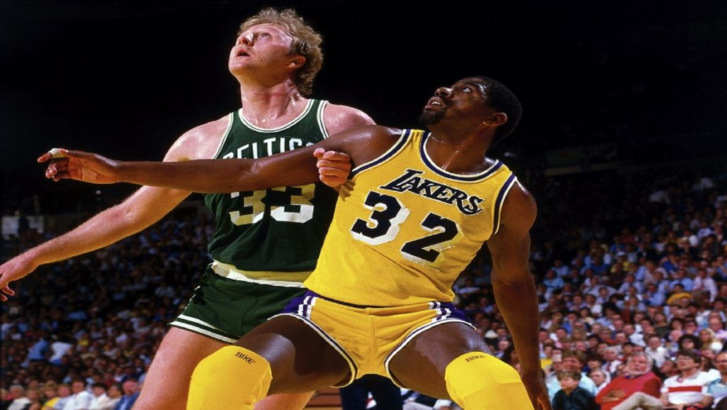 Larry Bird y Magic Johnson en partido de la NBA