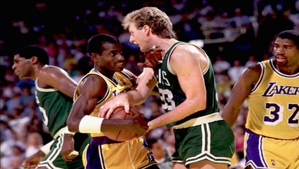 Michael Cooper, Larry Bird y Magic Johnson en partido de la NBA
