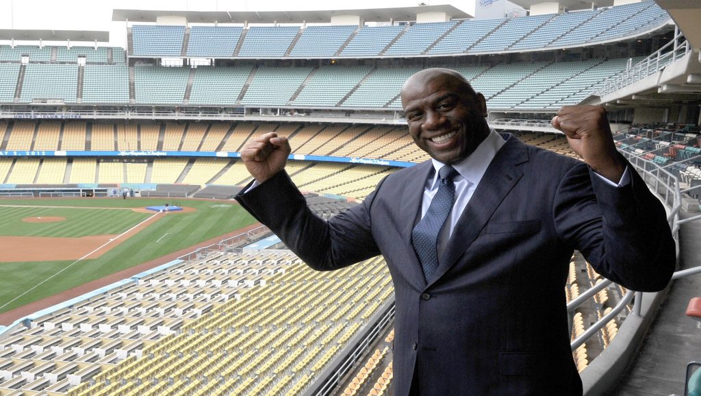 Magic Johnson en estadio de baseball