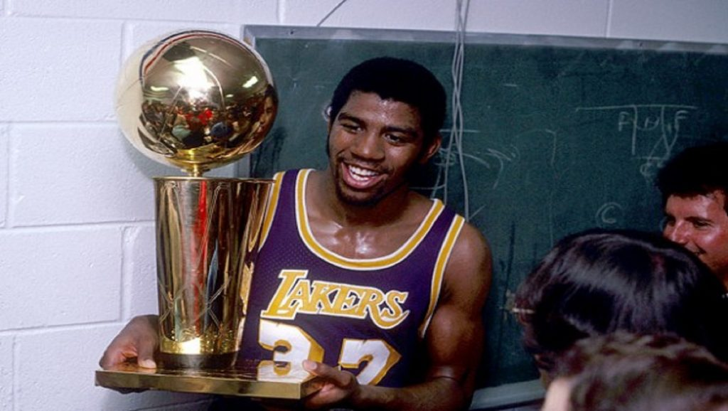 Magic Johnson con la copa de campeón de la NBA