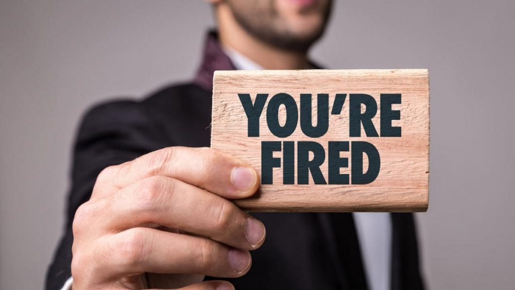 "Placa de madera con las palabras ""You're fired"""