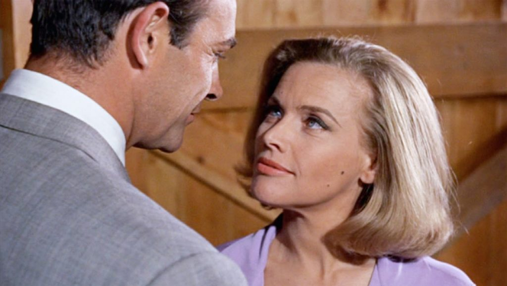 Sean Connery y Honor Blackman en Goldfinger