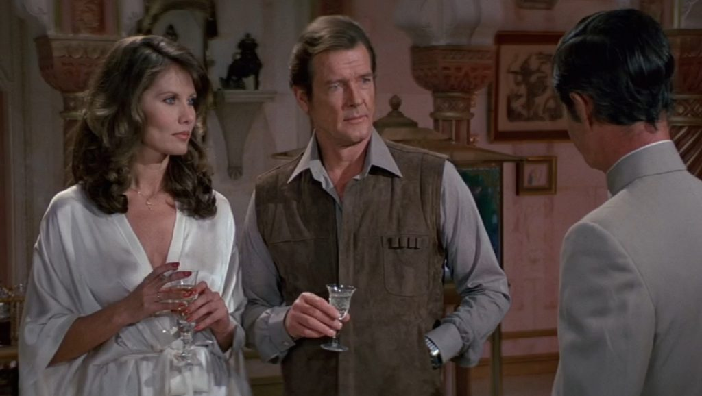 Maud Adams, Roger Moore y Louis Jourdan en Octopussy