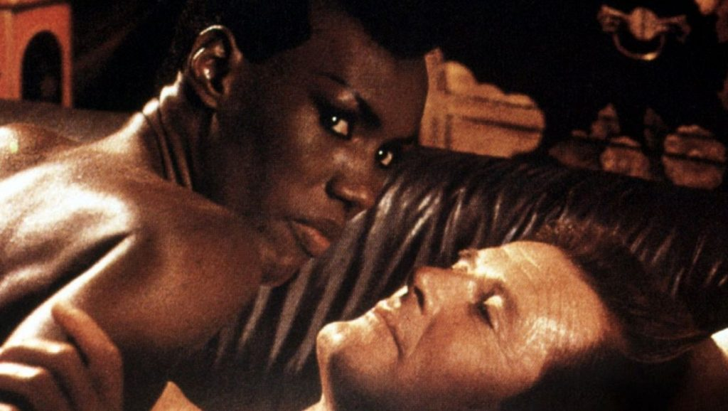 Grace Jones y Roger Moore en Panorama para matar