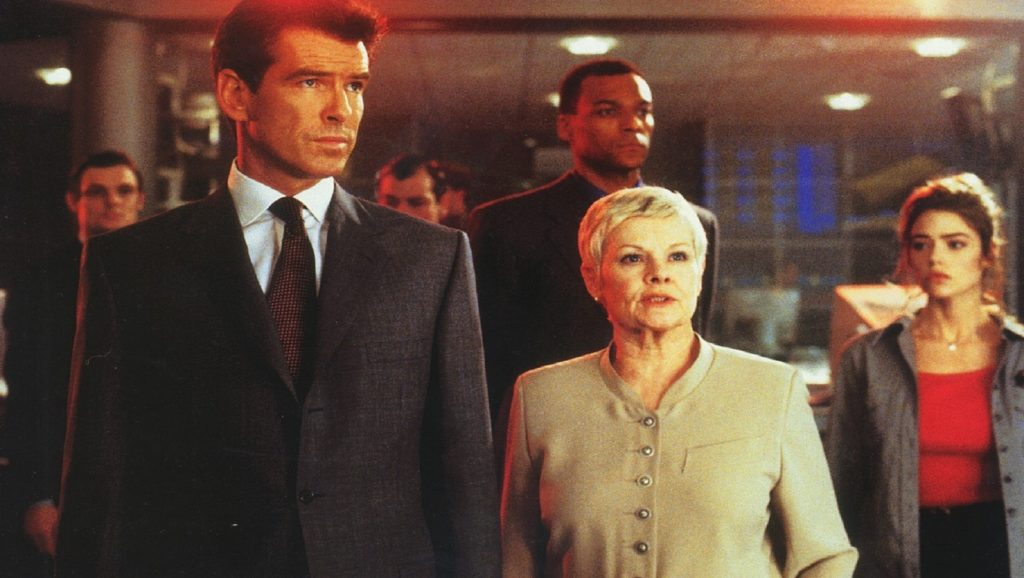 Pierce Brosnan, Judi Dench, Colin Salmon y Denise Richards en El mundo nunca es suficiente