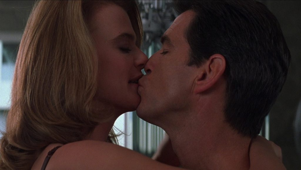 Serena Scott Thomas y Pierce Brosnan en El mundo nunca es suficiente