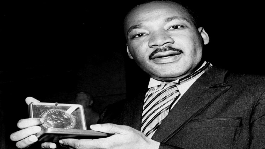 Martin Luther King con el Premio Nobel de la Paz