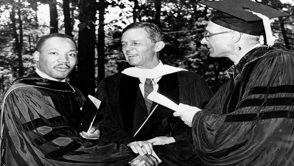 Martin Luther King recibiendo título en la universidad