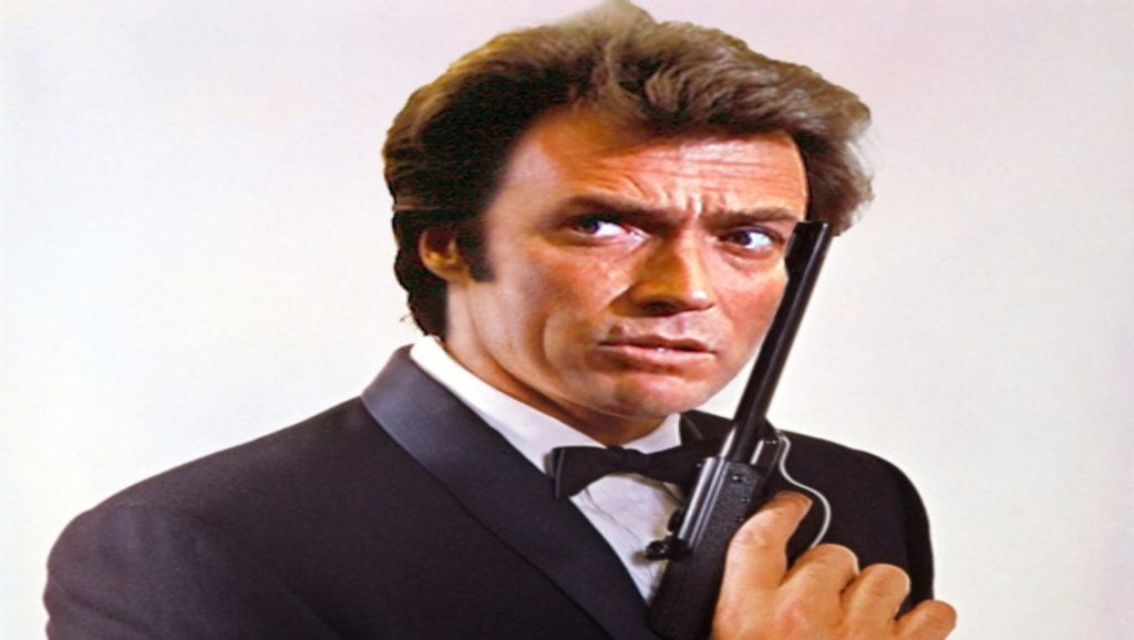 Clint Eastwood posando como James Bond