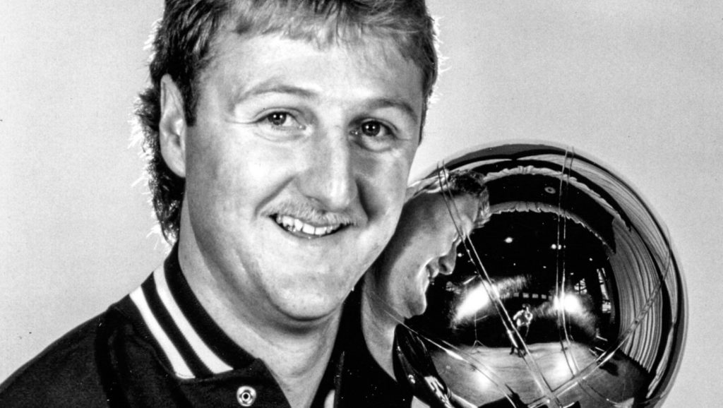 Larry Bird con trofeo