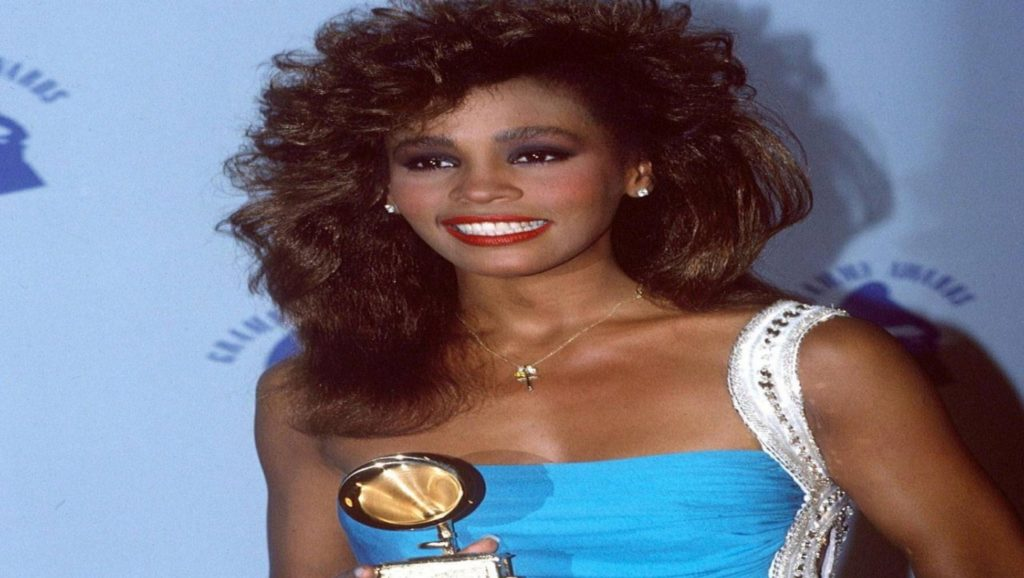 Whitney Houston con su primer premio grammy en 1985