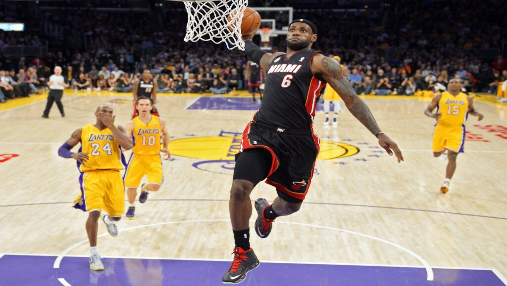 Lebron James haciendo un mate con los Miami Heats